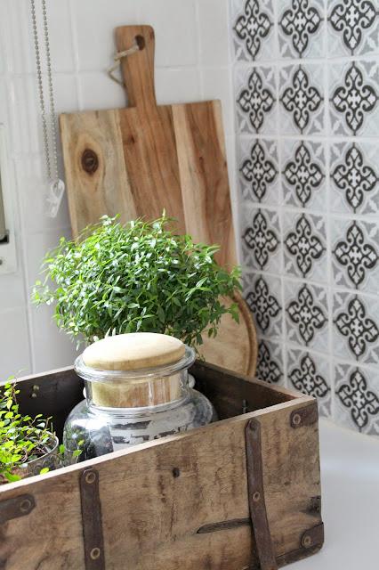 Nachaufnahme Holzbox mit Pflanzen und holzfarbenem Schneidbrett