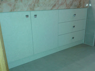 Mueble de aseo encastrado en marmol