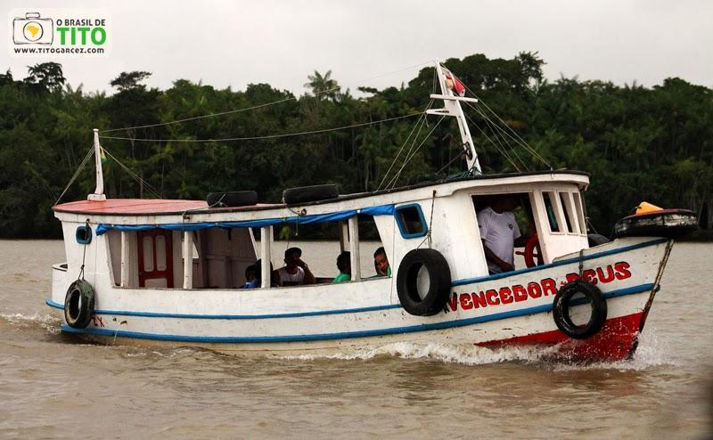 Barco navegando pela baía do Guajará, em Belém - Pará