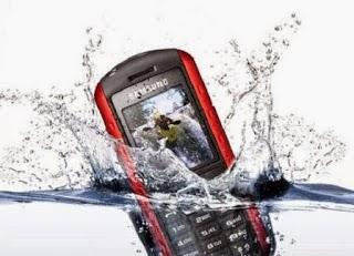 Cara Aman Mengeringkan Ponsel yang Basah