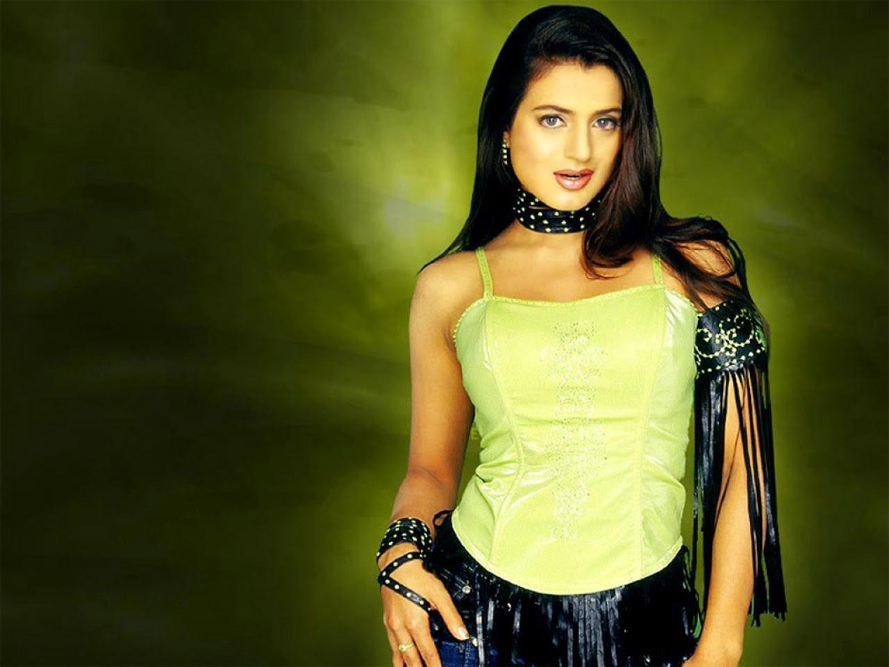 950x1534 Ameesha Patel In Tie Photos 950x1534 Resolution