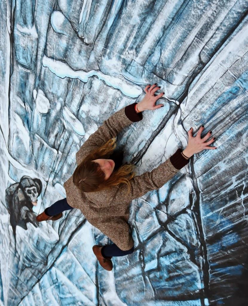 fan posando con mural 3D del Muro de Juego de Tronos - Juego de Tronos en los siete reinos
