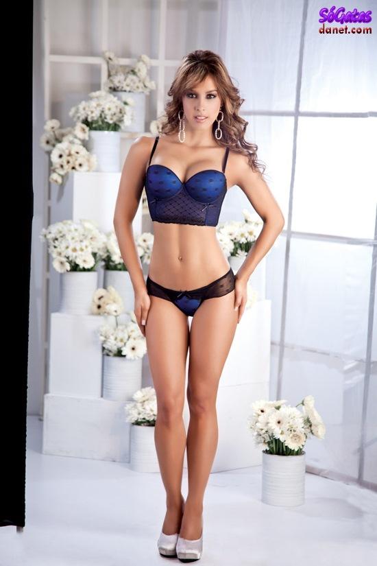 Laura Gamboa de lingerie azul