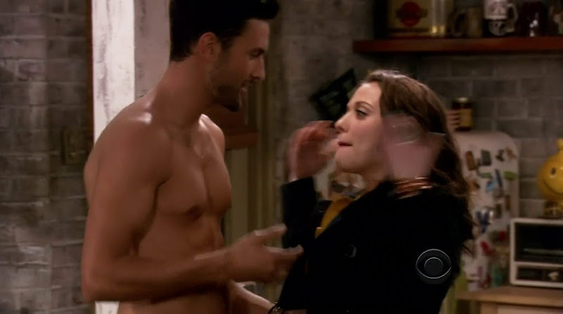 Noah Mills Shirtless in 2 Broke Girls s1e01