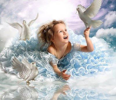 Hermosa niña jugando sobre las nubes con unas palomas