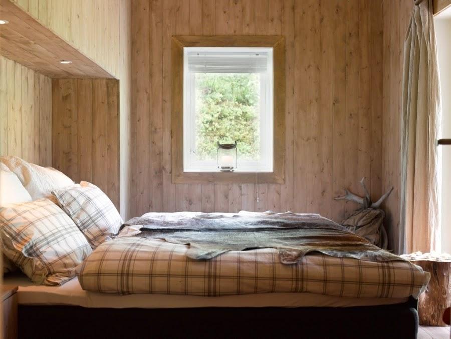 wystrój wnętrz, home decor, wnętrza, dodatki, dom, mieszkanie, dom z bali, dom drewniany, trawa na dachu, sypialnia, łóżko, pościel w kratę