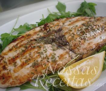 receita deliciosa de salmão grelhado servido com molho de ervas