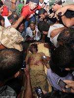 FOTO: JASAD KHADAFI JADI TONTONAN WARGA LIBYA