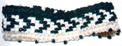 Плетение фенечки из бисера с орнаментом и с отделкой при помощи макраме. Схема плетения бисерной фенечки. Орнамент для фенечки.