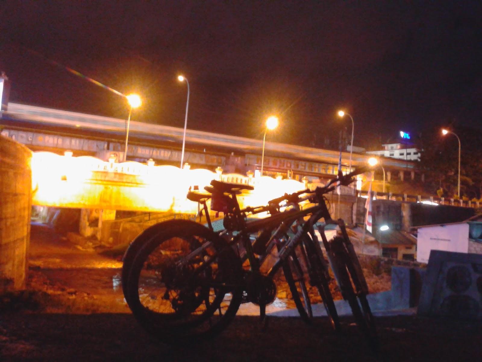 Memarkir sepeda dijembatan Kleringan