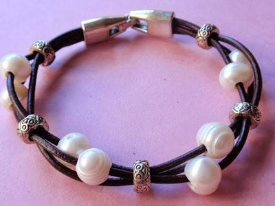 Pulsera en cuero negro y perlas