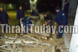 Αστυνομικοί στη Δράμα κόβουν ξύλα για να ζεσταθούν! (φωτό)