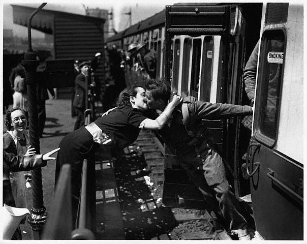 Ảnh tình yêu lãng mạn - 2 người hôn nhau khi tàu hỏa chạy