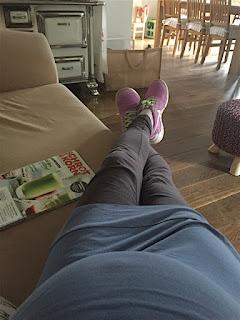 Mit Kugelbauch auf dem Sofa