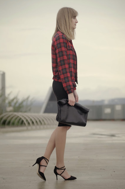 midi skirt pull & bear, black midi skirt, zara tartan jacket, bomber tartan jacket, asos strappy heels, fashion trends, primark black crop top, style blogger, fashion blogger
