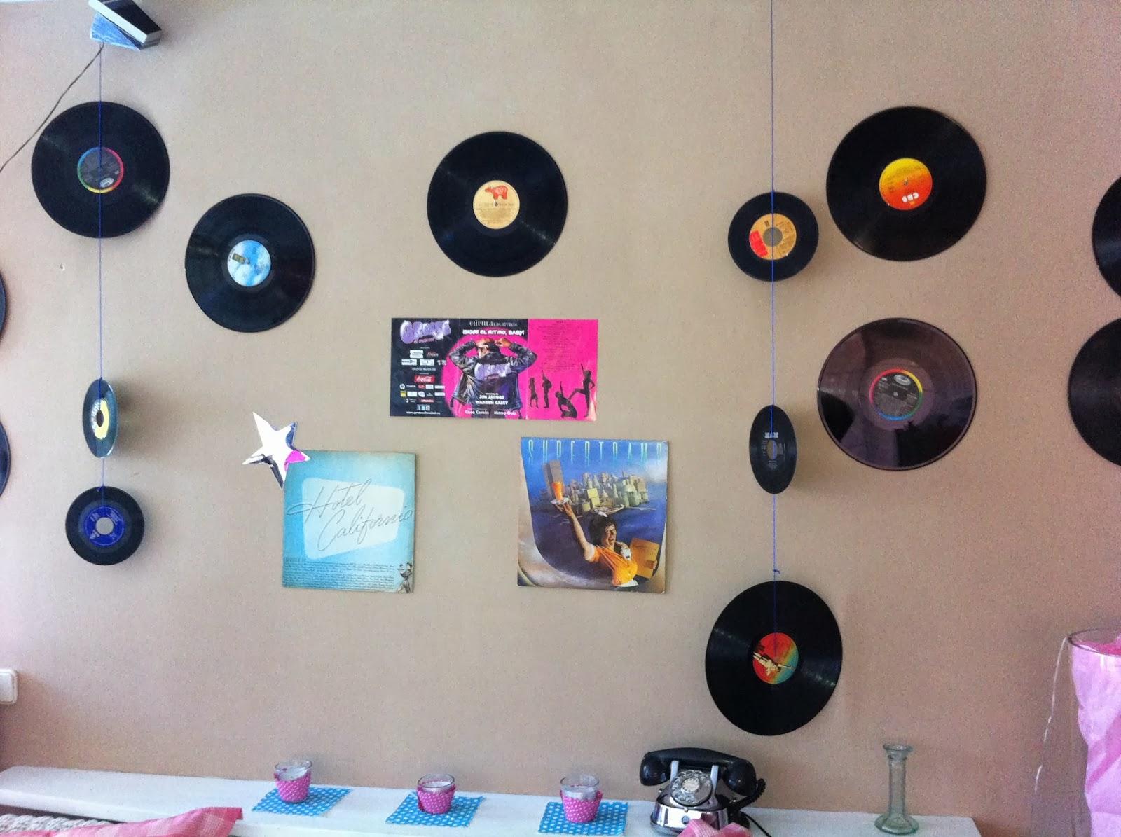 Blau fiestas fiesta tematica a os 50 - Decoracion con discos de vinilo ...
