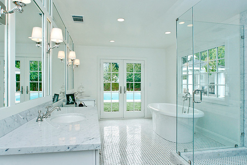 Great art decoration white bathroom design for Great bathroom designs