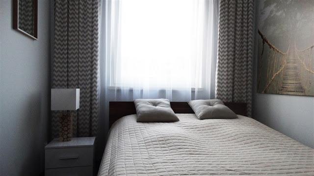szara sypialnia, sypialnia w kolorach ziemi, beżowa sypialnia, ikea
