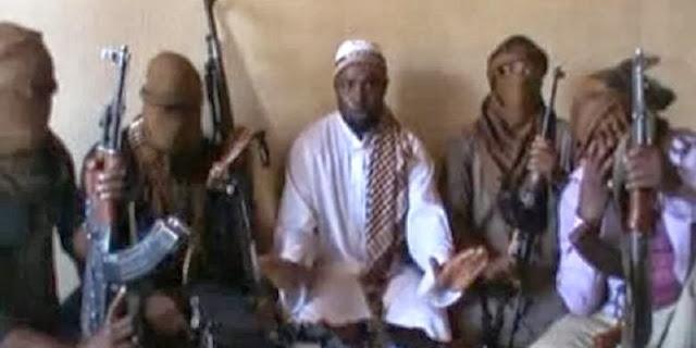 Pemimpin Boko Haram Abubakar Shekau (tengah) dan para anggota militan. Tersangka militan Boko Haram menewaskan 19 orang hari Minggu (20/10). | AFP