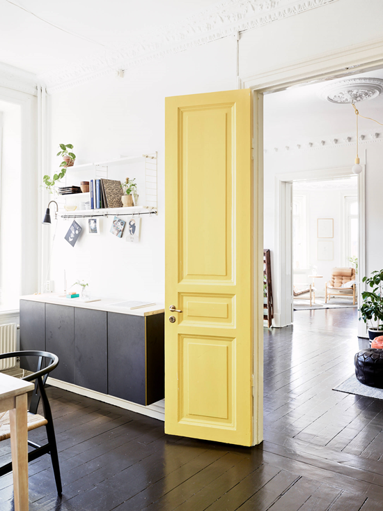big kitchen, airy kitchen, modern kitchen, scandinavian kitchen, yellow door, black kitchen cabinets, espresso machine at home
