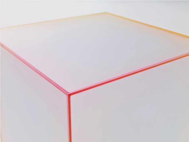 Meja Kaca Penuh Warna