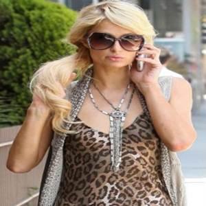 Paris Hilton com vestido de oncinha