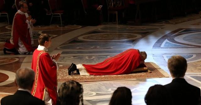 Papa reza deitado
