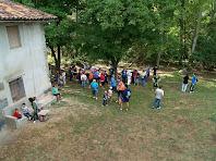 El grup de caminants sota un castanyer a la casa La Fàbrica de Targarona