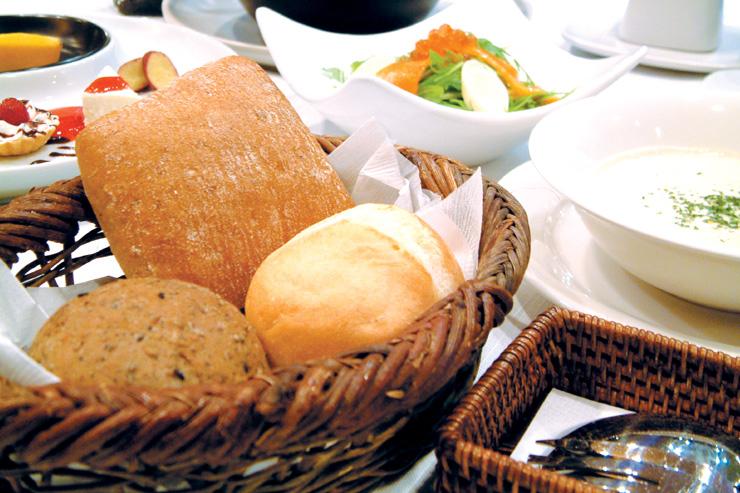 アンダのお料理の中で、隠れた人気商品がアンダ焼きたてパンでございます。4~5種類のパンを思う存分召し上がれ!