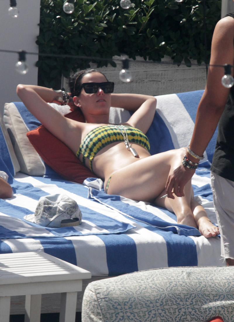 Katy perry bends over to show her ass on video - 2 part 1