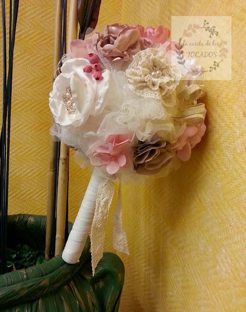 ramo de novia artesanal para novia realizado con tejidos, tul, broches y otros materiales en rosa, beige y blanco