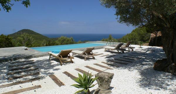 vista de la espectacular piscina con arena blanca
