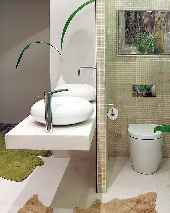 Inodoro Baño Pequeno: blanco, con un espejogrande divisorio entre el inodoro y esta zona