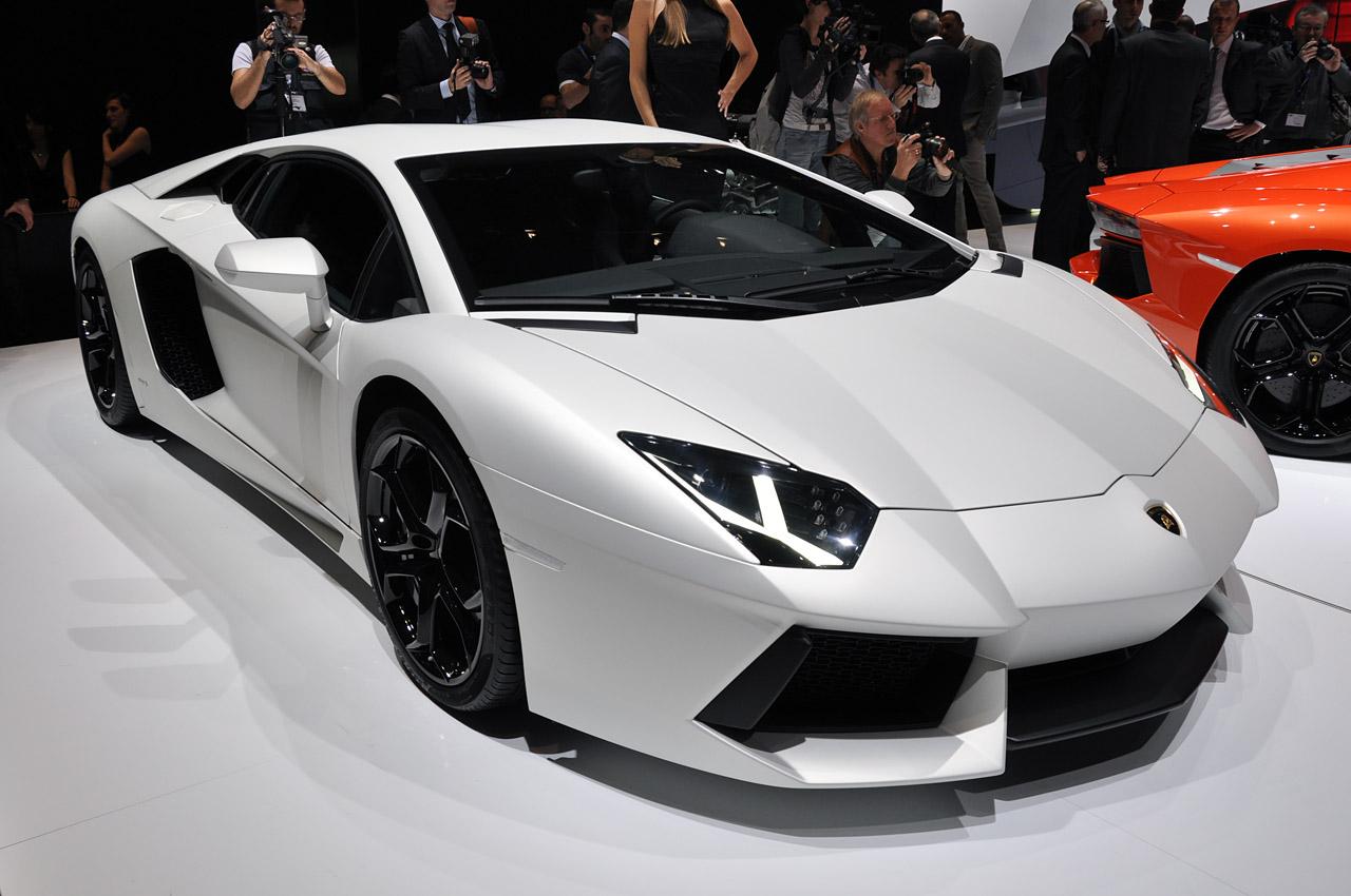 http://4.bp.blogspot.com/-mi4Cq2LDXRI/TzMFnQRu6RI/AAAAAAAACFI/D8-s0IKaZfA/s1600/Cristiano+Ronaldo+Buy+Lamborghini.jpg