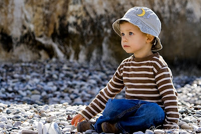 Dziecko przedstawione z psiej perspektywy, poziomu jego oczu, kadr szeroki, poziomy, kompozycja