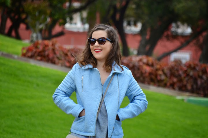 look_outfit_cazadora_azul_bebe_sandalias_plateadas_boyfriend_jeans_lolalolailo_05