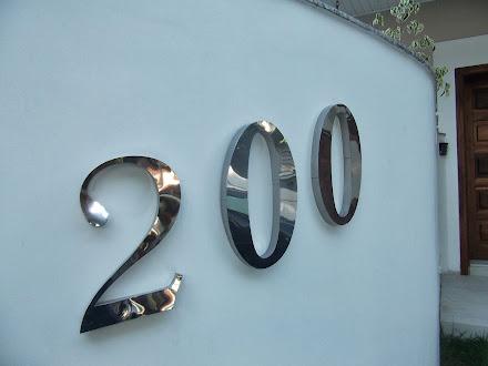 números em caixa alta em aço inox polido e escovado