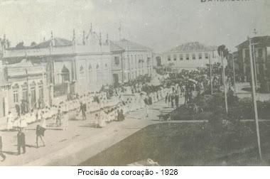 PROCISSAO DIANTE DA CASA DOS CANEDO E AO FUNDO A DO CONDE DE PRADOS