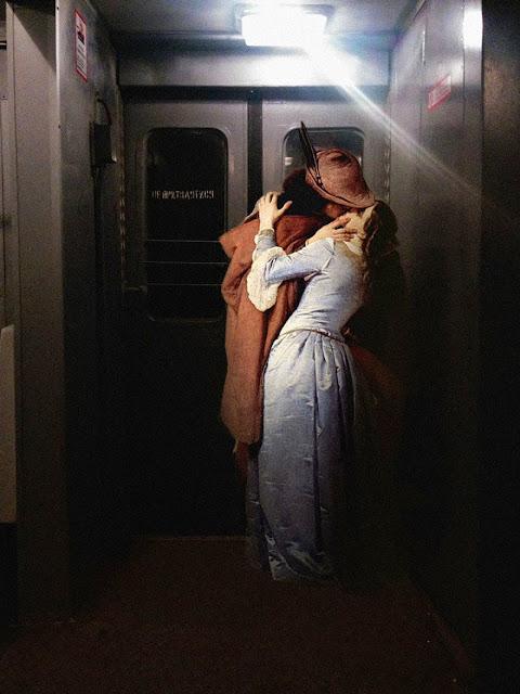 Pipoco e uma namorada no metro - a arte antiga nos tempos modernos
