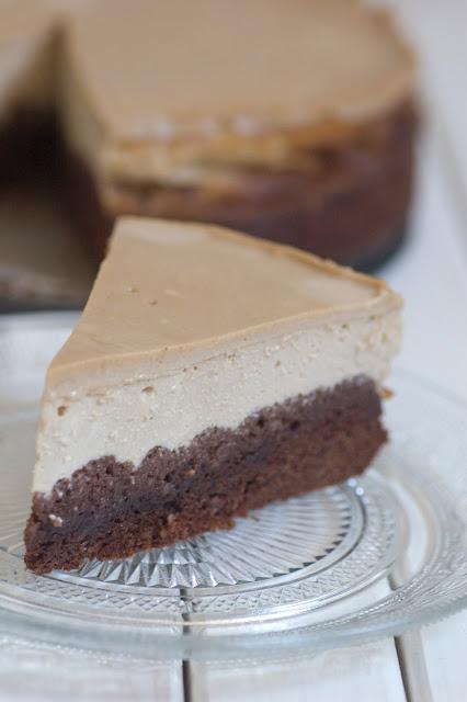 עוגת גבינה וקפה על בסיס בראוניז שוקולד פקאן בציפוי שמנת קפה
