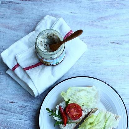 Śniadanie: bagietka z pastą słonecznikową, rukolą i pomidorem