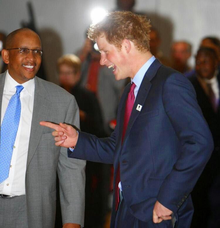 принц Лесото Сиисо Беренг Сиисо смотрит на смеющегося принца Гарри в Гарлемском детском доме в Нью-Йорке.