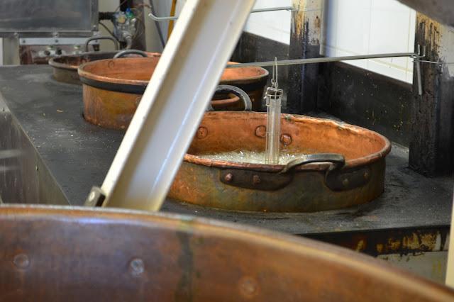 De suikerstroop staat te borrelen in de koperen ketel