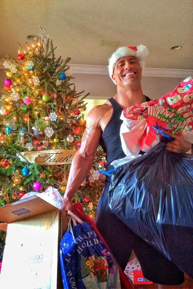 El actor Dwayne Johnson (The Rock) se ve como Papá Noel