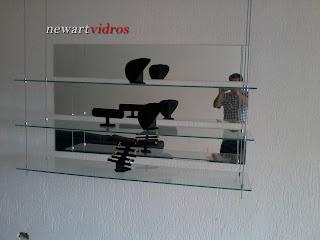 foto de prateleira de vidro suspensa  com cabo de aço