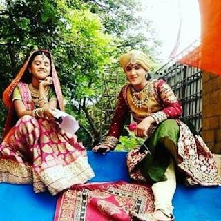Foto Mahaputra Dan Ajabde sedang Duduk Santai