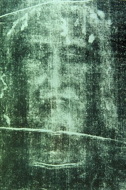 Santo Sudário de Turim: detalhe do rosto de Nosso Senhor morto.