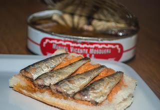 http://enlosfogonesderaquel.blogspot.com.es/2015/07/tosta-con-gazpacho-y-sardinillas-en.html