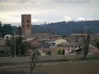 Detall de l'esvelt campanar de 27 metres d'alçada de l'església romànica de Santa Maria de Seva
