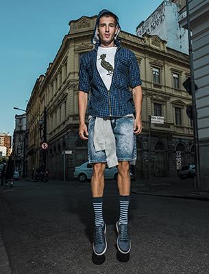 Reserva para C&A look casual camisa xadrez t-shirt pica pau bermuda jeans e meias listradas